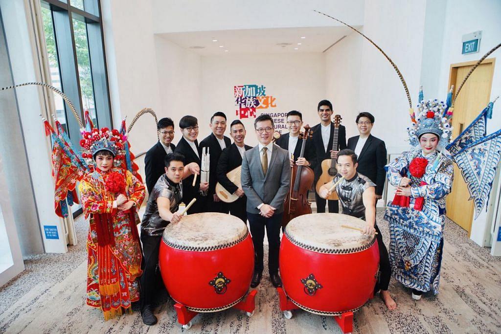 RUMAH BARU: Ketua eksekutif Pusat Kebudayaan Cina Singapura (SCCC), Encik Low Sze Wee (bersut kelabu), bersama anggota kumpulan seni persembahan yang akan berpindah ke bangunan SCCC bulan depan. - Foto SCCC