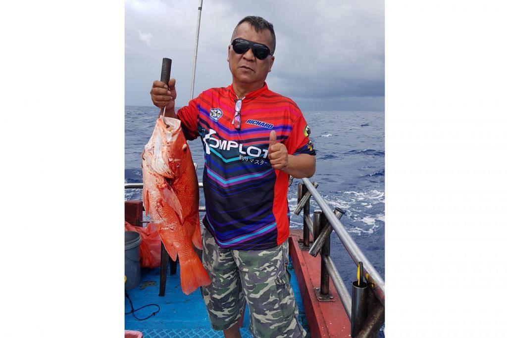 PUAS HATI: Encik Nordin Abdullah dengan seekor ikan besar yang berjaya dipancingnya ketika di Kuching, Sarawak, pada Oktober lalu.
