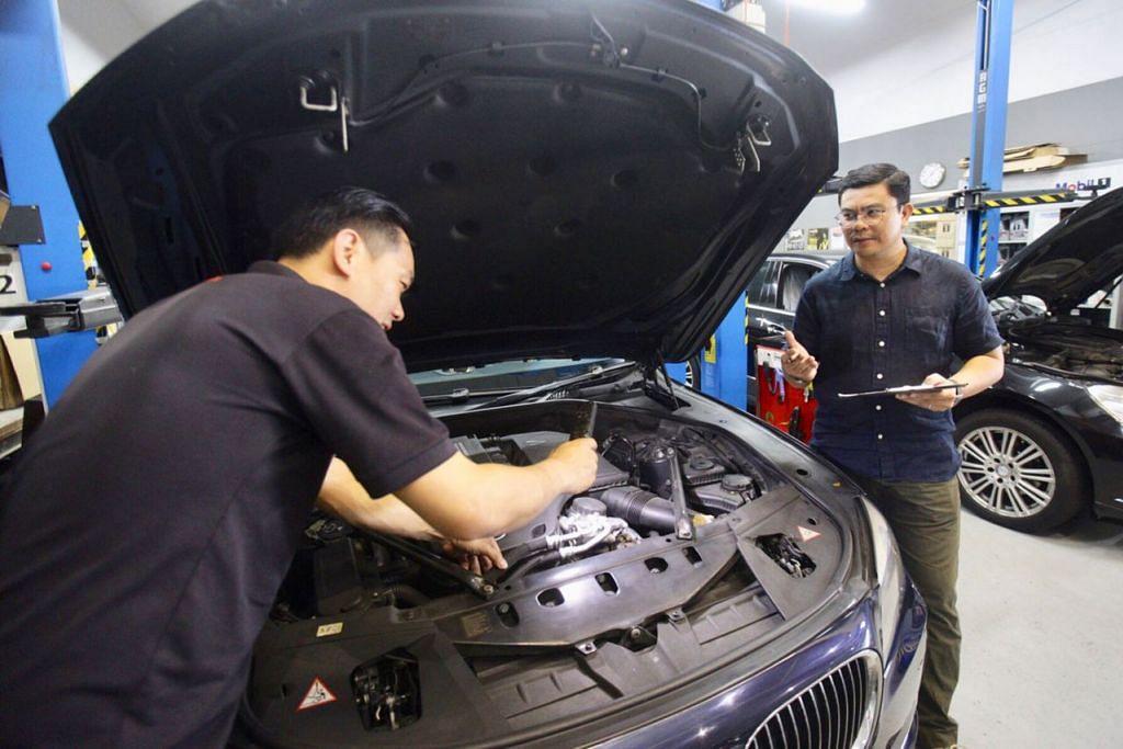 BERI PANDUAN: Encik Khairil Anwar Rasno (kanan) menasihatkan pemilik kereta hampir tamat COE supaya memeriksa keutuhan dan keselamatan kenderaan sebelum membuat keputusan memperbaharui COE. - Foto fail