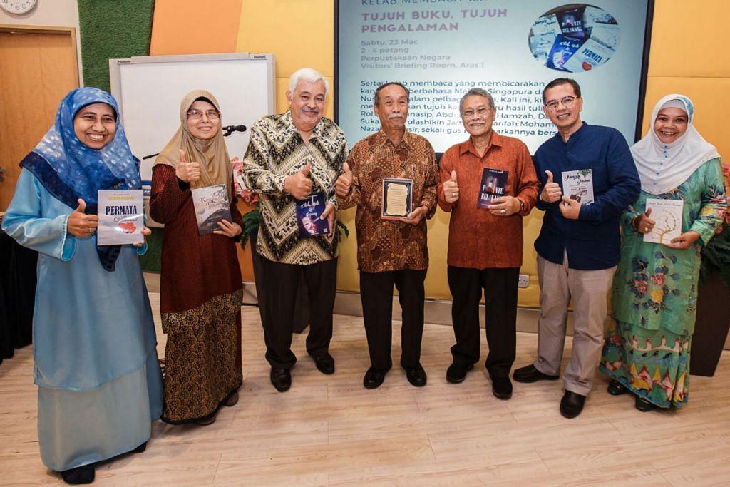 ACARA PELANCARAN 'TUJUH BUKU, TUJUH PENGALAMAN': Pelancaran buku penulis-penulis setempat yang dihadiri mantan Setiausaha Parlimen Kanan (Ehwal Luar), Encik Yatiman Yusuf (tengah),sebagai tetamu terhormat. Beliau bersama enam penulis yang melancarkan buku-buku mereka baru-baru ini. Mereka ialah (dari kiri) Cik Nazariah Nasir, Cik Norulashikin Jamain, Dr Subari Sukaini, Encik AB Wahab Hamzah, Encik Rohman Munasip dan Cik Sharifah Mohamed. - Foto-foto BH oleh IQBAL FAIZAL.