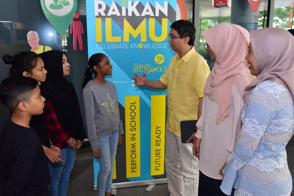 PRIHATIN: Dr Faishal (tiga dari kanan) bersama Cik Rahayu (dua dari kanan) serta Timbalan CEO Mendaki, Cik Aidaroyani Adam (kanan) mendengar dan berkongsi pandangan tentang pembangunan anak Cik Hadijah Bee (tiga dari kiri) termasuk (dari kiri) anak-anaknya Ayisy Zakir Karim, Nurul Insyirah Ayu, dan Afwah Syahirah. - Foto MENDAKI