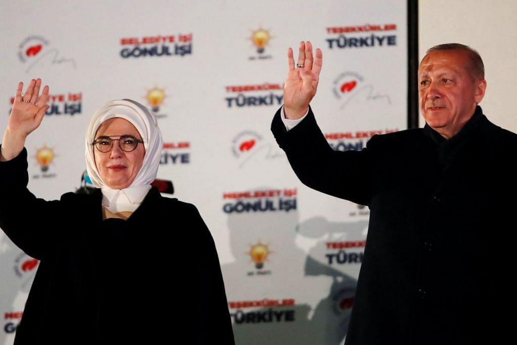 JADI KENAL PASTI KELEMAHAN PARTI: Presiden Recep Tayyip Erdogan dan isterinya, Cik Emine, melambai kepada penyokong mereka di Ankara semalam. - Foto REUTERS
