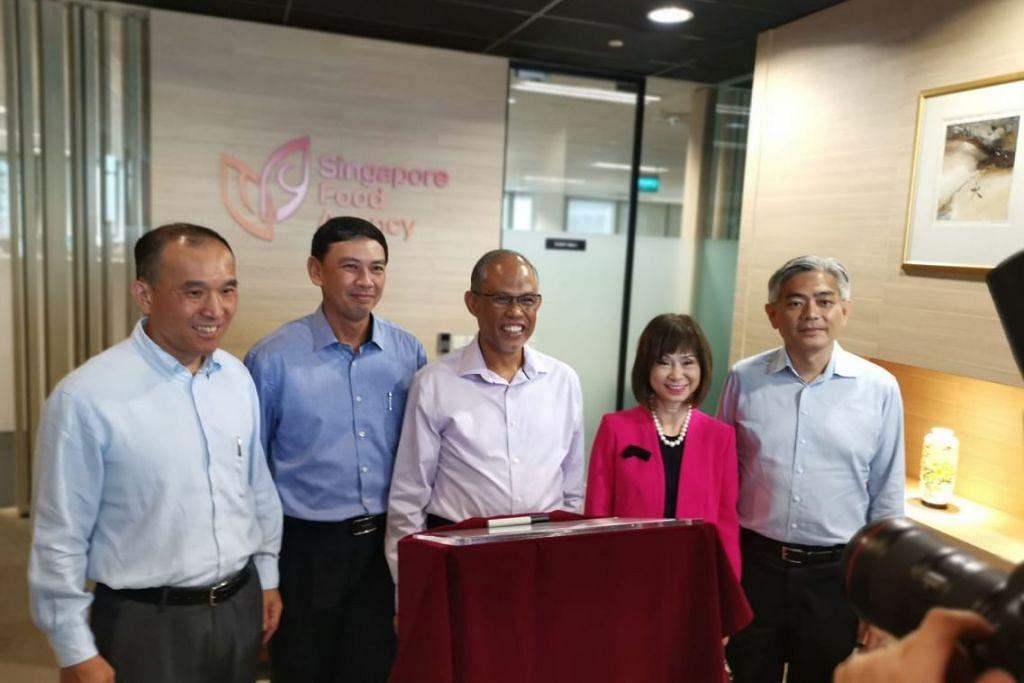 BUKA LEMBARAN BARU: Encik Masagos (tengah) melancarkan Agensi Makanan Singapura (SFA) di pejabat SFA di Jurong semalam. Bersamanya ialah, (dari kiri) pengerusi SFA Encik Lim Chuan Poh, Ketua Pegawai Eksekutif (CEO) SFA Encik Lim Kok Thai, Menteri Negara Kanan (Sekiran dan Sumber Air) Dr Amy Khor, dan Setiausaha Tetap (Sekitaran dan Sumber Air) Encik Albert Chua.