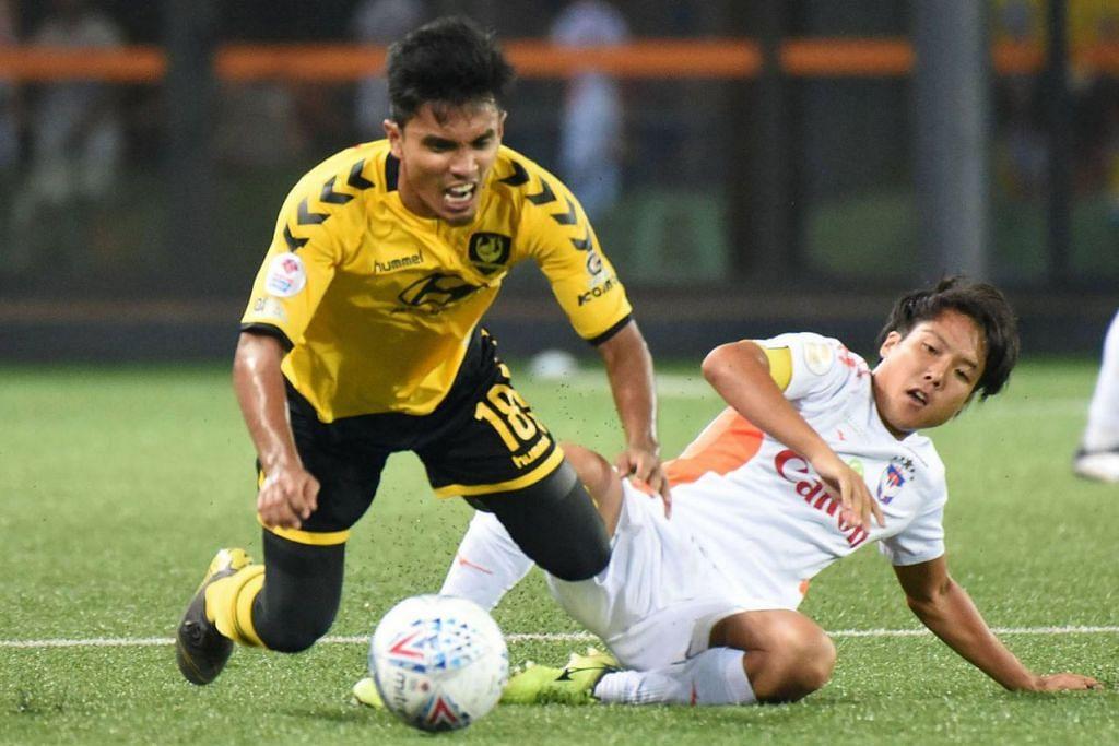 LANGKAH TERHALANG: Larian pemain Tampines, Yasir Hanapi (jersi kuning), disekat terkaman pemain Albirex, Kyoga Nakamura. - Foto SPL