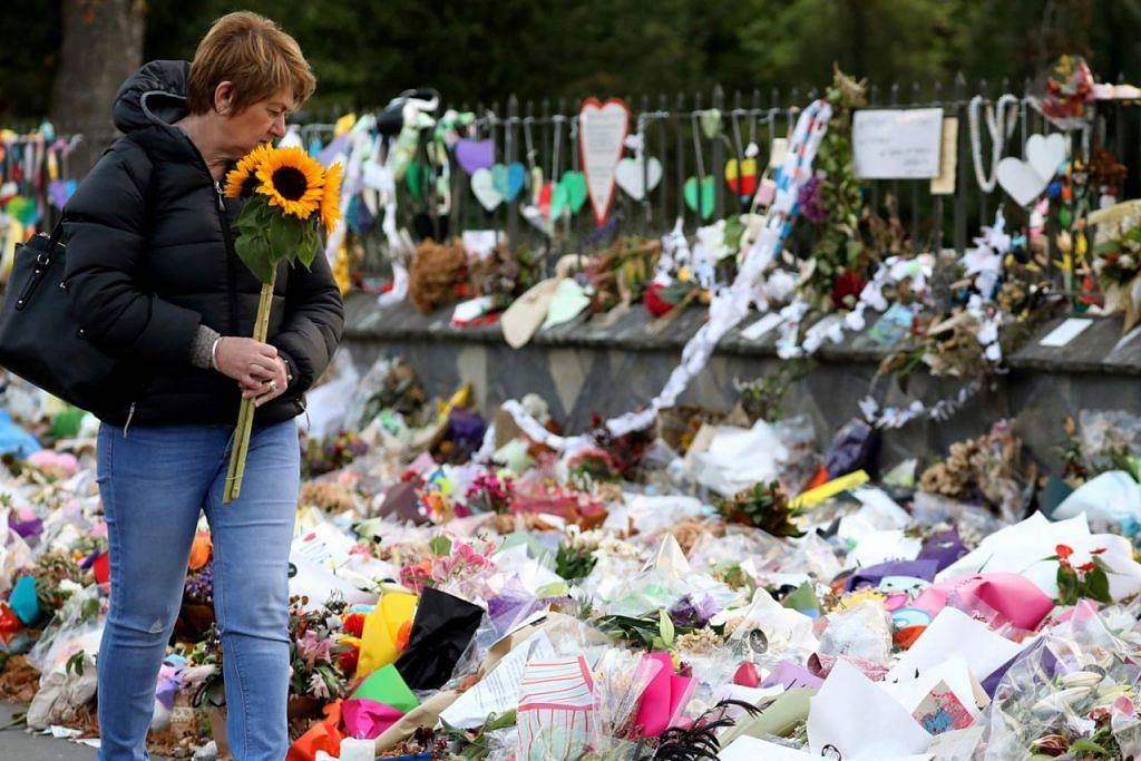 MEMPERINGATI MANGSA: Seorang wanita ini berjalan dekat tapak memperingati mangsa korban serangan tembakan di Christchurch, New Zealand, baru-baru ini. - Foto AFP