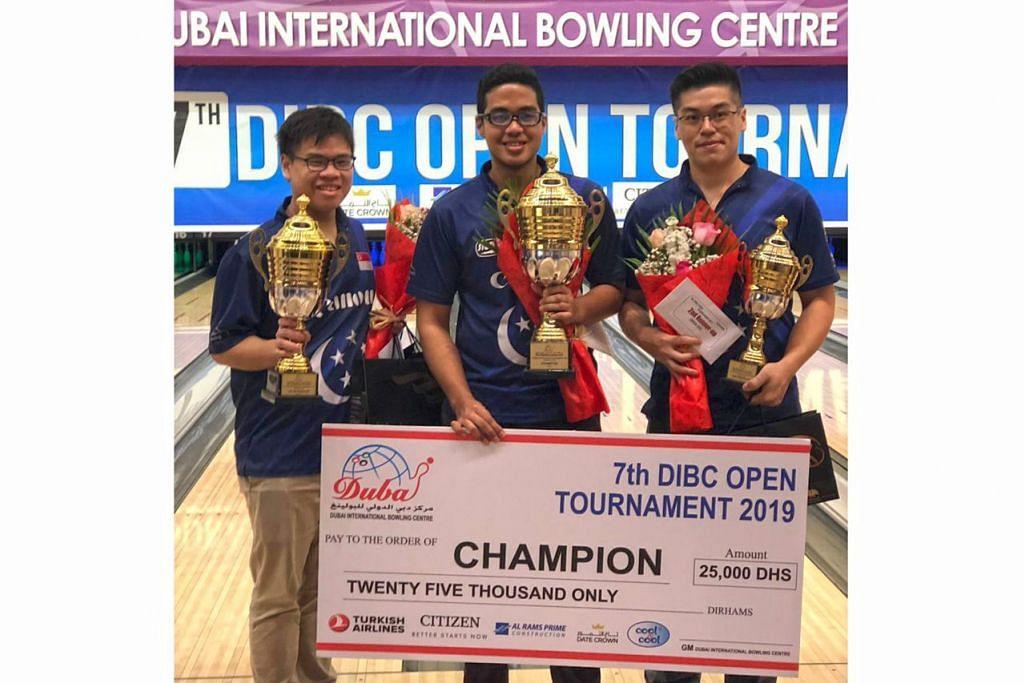 KUASAI PODIUM: (Dari kiri) Atlit bowling Timothy Tam, Muhd Danial dan Marcus Lim menguasai podium Kejohanan Bowling DIBC Terbuka. – Foto PERSEKUTUAN BOWLING SINGAPURA