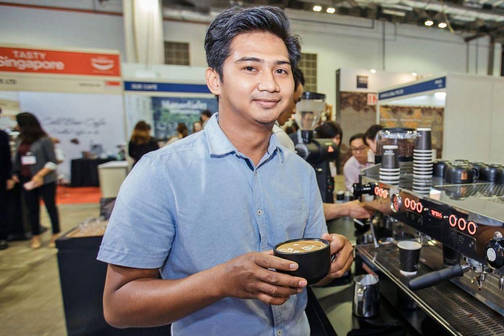 TINGKAT KERJAYA: Encik Shaezwan dapat tawaran bekerja di Singapura selepas majikan firma kafenya di Kuala Lumpur membuka cawangan di sini. - Foto BH oleh IQBAL FAIZAL