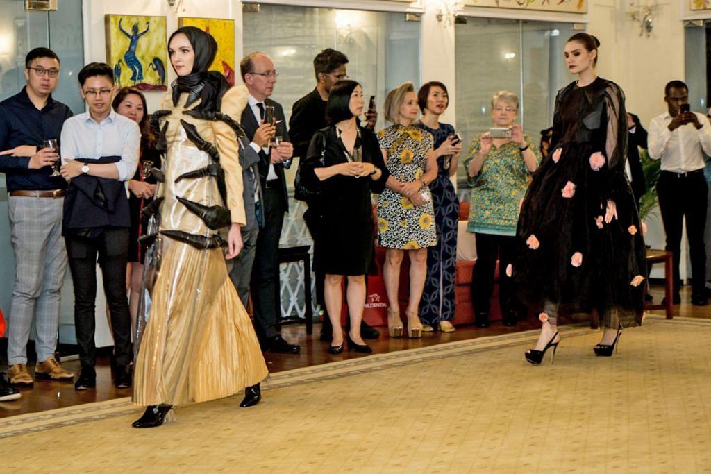 CANTIK DAN SOPAN: Rekaan pakaian Cik Nur Ili Norazip (depan, berwarna kuning muda) diperagakan di Kediaman Rasmi Pesuruhjaya Tinggi British di Singapura. - Foto BH oleh NUR DIYANA TAHA