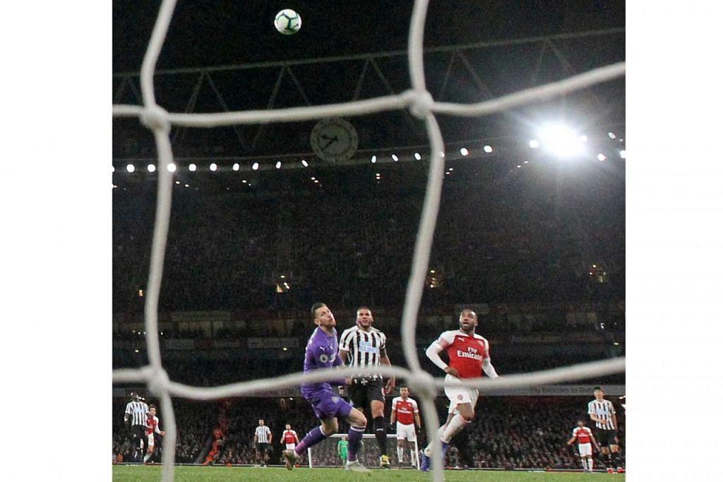 GOL KEDUA: Penyerang Arsenal Lacazette (tengah) berjaya menjaringkan gol kedua buat pasukannya semasa menentang Newcastle kelmarin. - Foto REUTERS