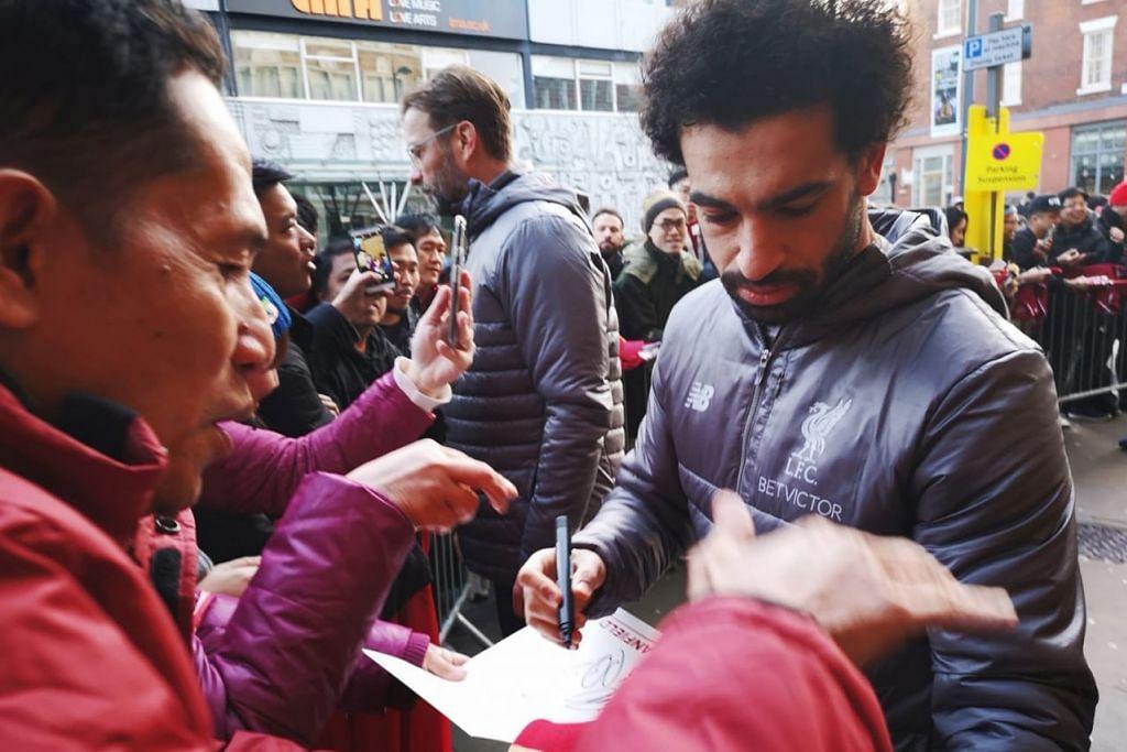 MENEMUI BINTANG: Salah seorang anggota rombongan meminta tandatangan bintang penyerang Liverpool, Mohamed Salah di luar LiverpoolFC Players Hotel semasa mengikuti rombongan diadakan Disember tahun lalu.  - Foto ihsan MOHAMMAD MIRZA SALIM