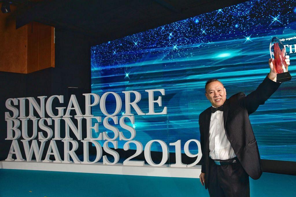 BERJAYA: Encik Lim Hock Chee, CEO pasar raya Sheng Siong, bersama anugerah Peniaga Terbaik 2018 di majlis penuh gah di Ritz-Charlton Millenia baru-baru ini. - Foto BH oleh DESMOND WEE