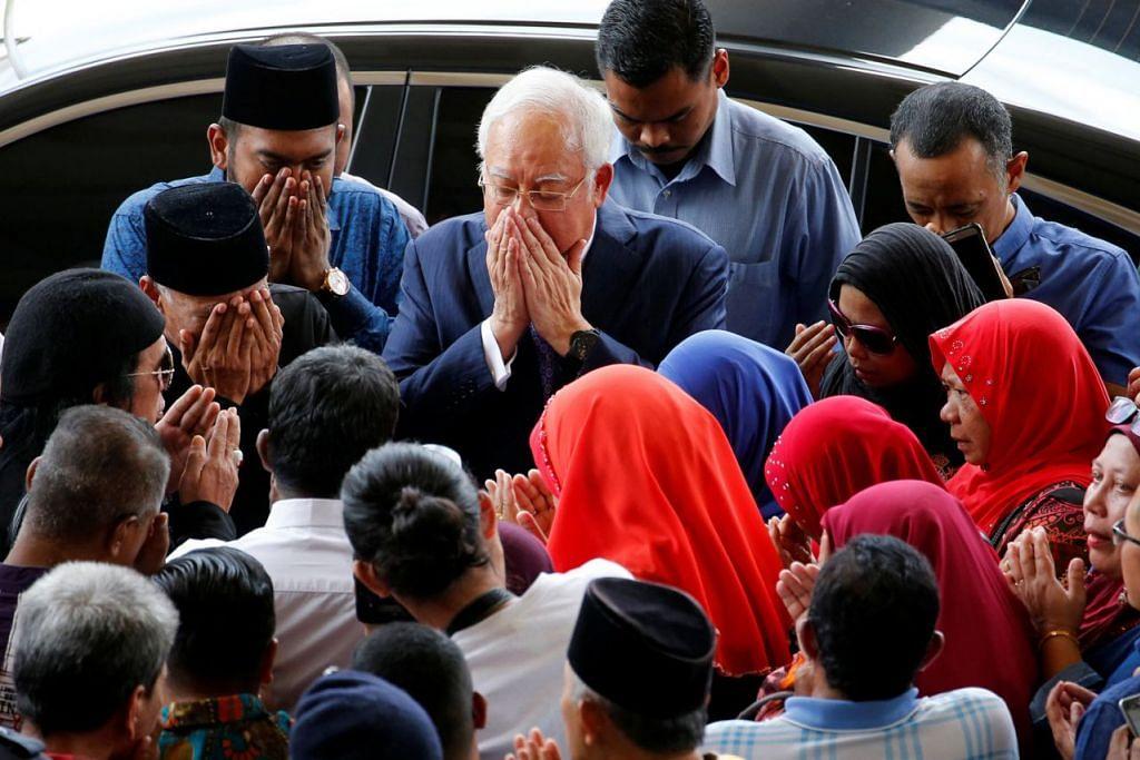 BERI SOKONGAN: Setibanya Datuk Seri Najib Razak di luar Mahkamah Tinggi Kuala Lumpur, beliau sempat berdoa dengan dikelilingi penyokongnya. - Foto REUTERS