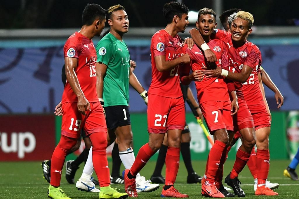 RAI KEMENANGAN: Pemain Home United meraikan kemenangan mereka ke atas pasukan Lao Toyota selepas permainan tamat di Stadium Jalan Besar. - Foto BH oleh LIM YAOHUI