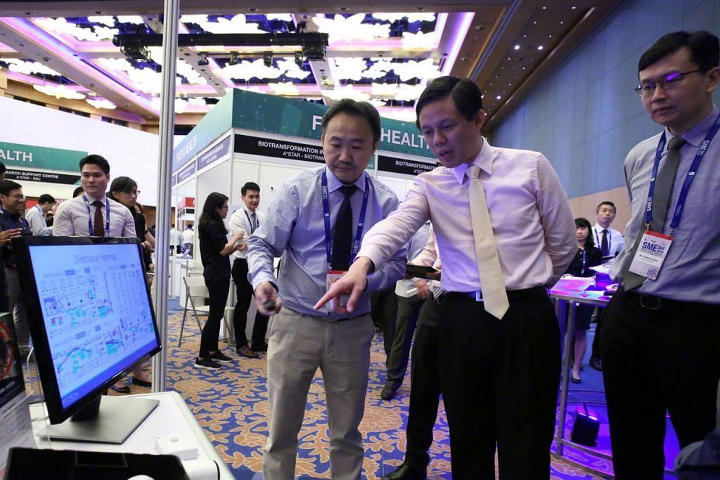 DAKAPI INOVASI: Encik Chan (tengah) dengan Encik Tong Kien Seng (kiri), pengasas firma penghapus serangga, SME Pestech Holdings dan Encik Chew di Hari SME semalam. - Foto A*Star