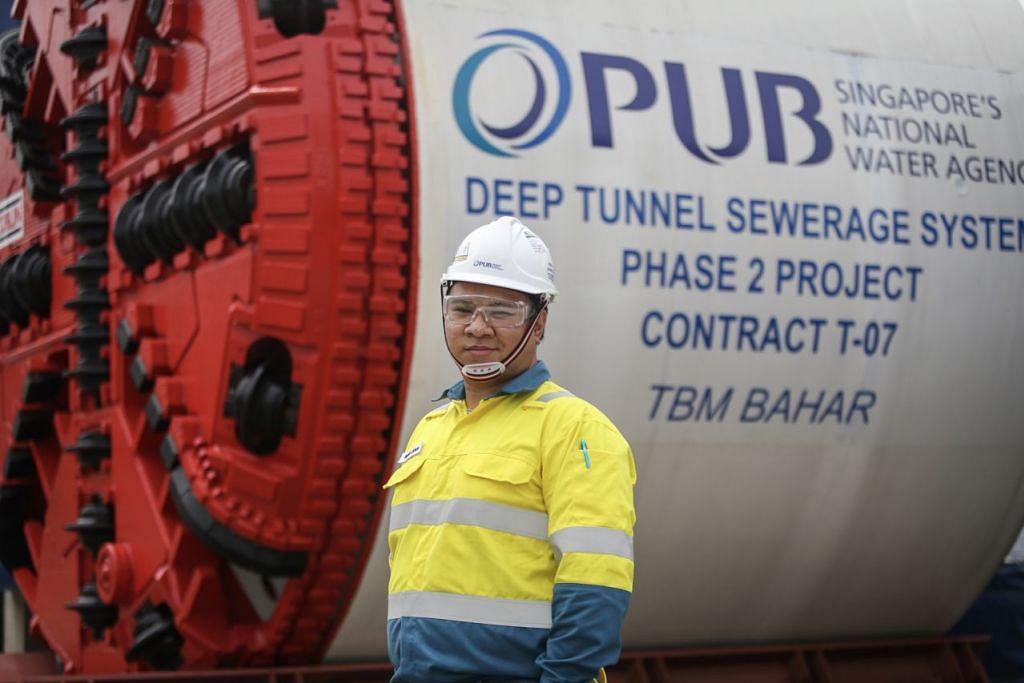 PIKUL TANGGUNGJAWAB: Encik Muhd Syukri Fadhlullah ditugaskan sebagai ketua pasukan dari PUB yang membina penghubung pembetungan atau 'link sewers' di kawasan Keppel. - Foto CMG