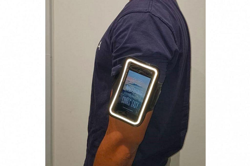 PERCUMA: Kantung telefon bimbit ini bakal diberikan secara percuma kepada peserta acara zumba di Our Tampines Hub (OTH) pagi esok. - Foto OTH