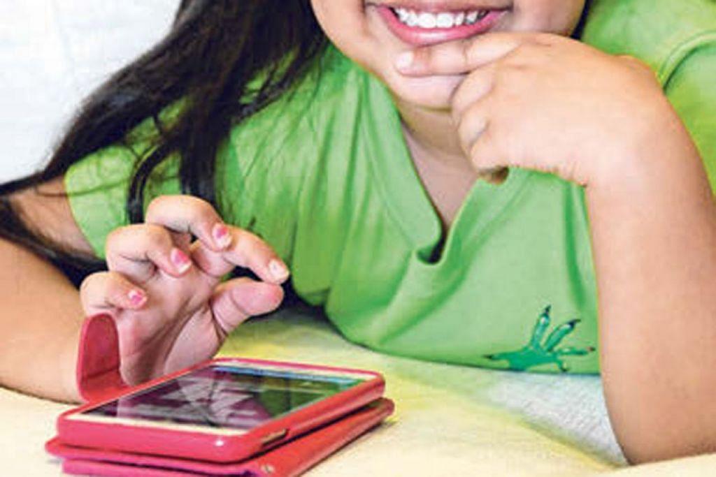 PENDIDIKAN 'SENJATA' KITA: Selain mendidik generasi muda tentang peri pentingnya menghormati diri dan orang lain serta penggunaan teknologi dengan selamat, Dr Lee menyarankan supaya disediakan sukatan pelajaran bidang kesejahteraan siber khas buat warga dewasa.  – Foto fail hiasan
