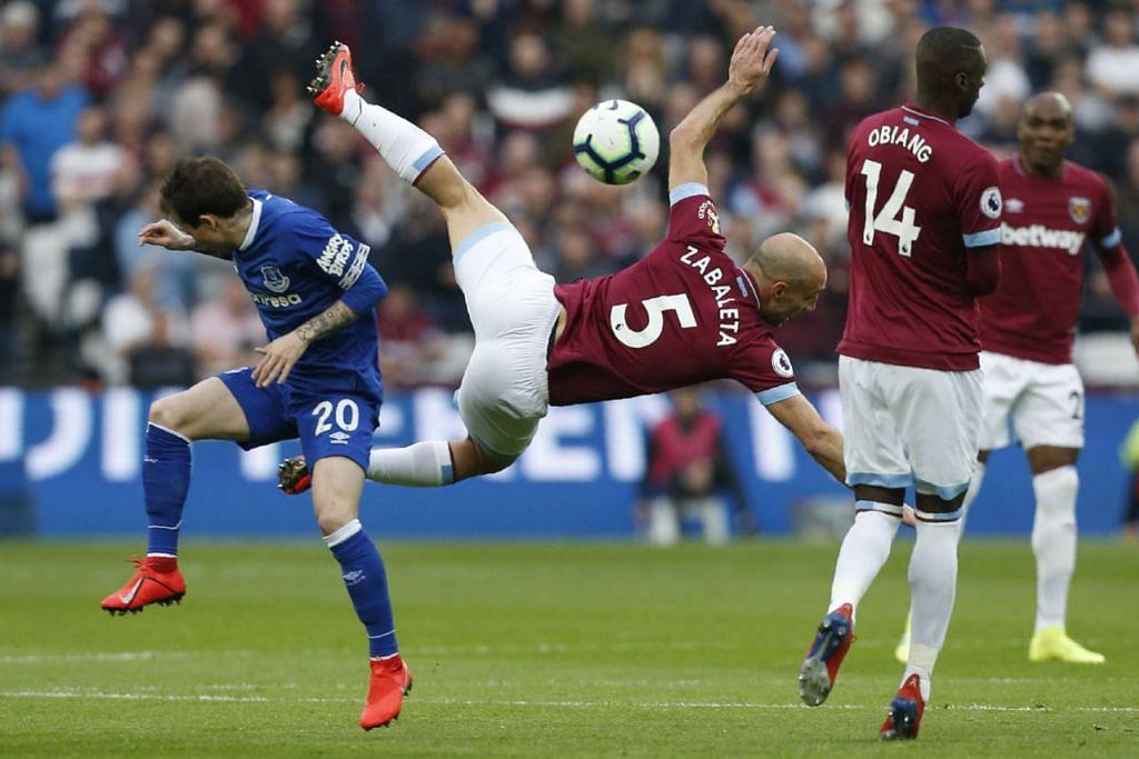 MAMPU BERSAING: Pemain pertahanan West Ham, Pablo Zabaleta, bak 'terbang' semasa berebut bola dengan pemain Everton Bernard dalam perlawanan Liga Perdana England akhir bulan lalu. West Ham mampu bersaing dengan pasukan terhandal lain dalam liga, dan Chelsea perlu berwaspada dalam perlawanan ini. - Foto AFP