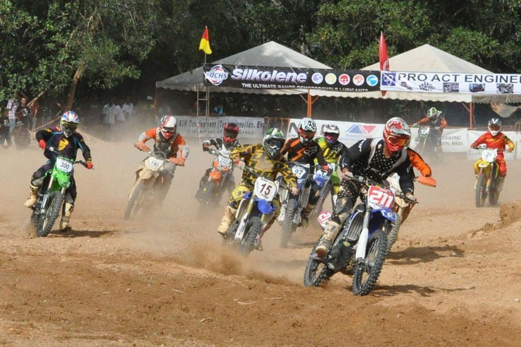 SUKAN LASAK: Amin (motosikal nombor 211) mendahului pesaing-pesaing lain di perlumbaan anjuran KBS di trek Kemaman, Terengganu, pada 2015. - Foto ihsan MUHAMMAD AMIN KHALID