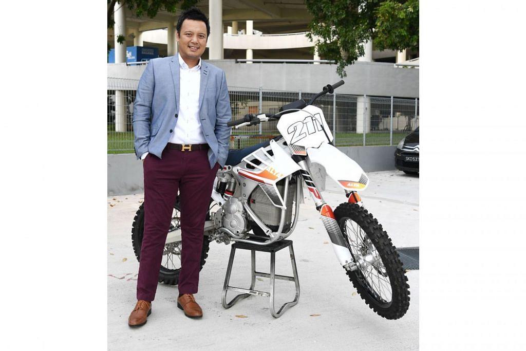 LEGENDA MOTOCROSS: Minatnya pada motocross begitu mendalam dan sejak beberapa tahun lalu, Amin (kiri) turut memikul 'tugas' membimbing dan menjadi mentor kepada beberapa pelumba muda sukan ini. - Foto BH oleh KHALID BABA