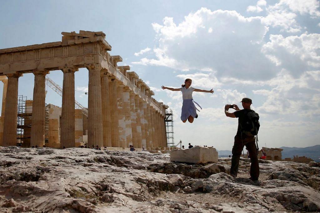 ANTARA TARIKAN: Pelancong pasti mahu bergambar di hadapan kuil Parthenon di Acropolis semasa di Athens, yang merupakan antara daya tarikan di Greece. - Foto REUTERS