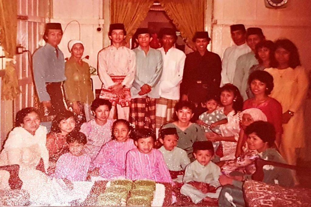 BERGAMBAR RAYA: Hari Raya adalah waktu yang ditunggu-tunggu penduduk kampung untuk bertemu kaum keluarga dan jiran tetangga.