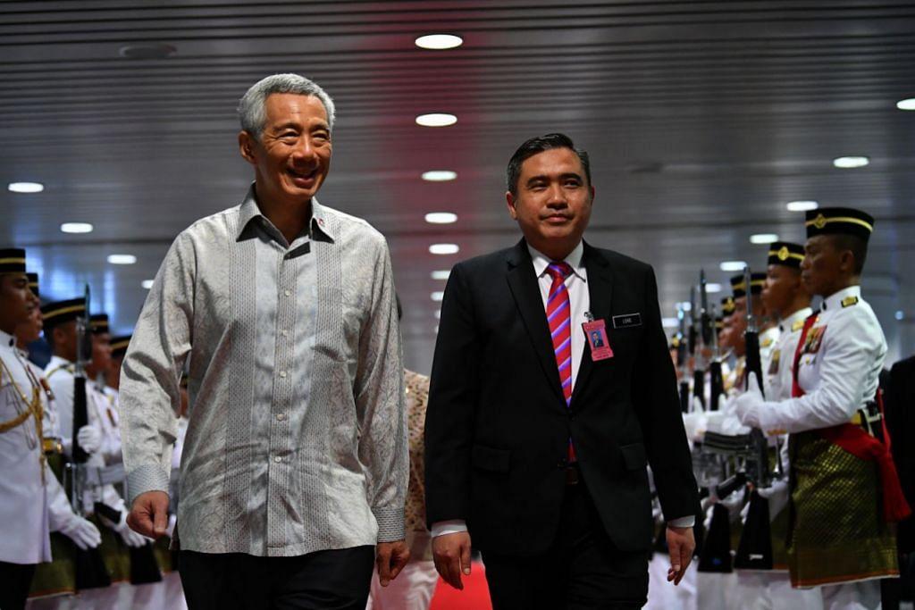 DISAMBUT HORMAT: Perdana Menteri Lee Hsien Loong (kiri) disambut oleh kawalan kehormatan setibanya di Kuala Lumpur pada Isnin (8 April). Menjemputnya di Lapangan Terbang Antarabangsa Kuala Lumpur ialah Menteri Pengangkutan Malaysia Encik Anthony Loke.