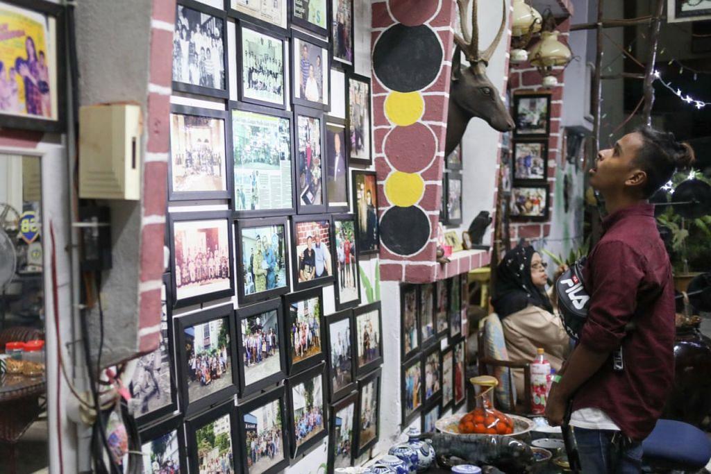 KHAZANAH LAMA: Salah seorang pengunjung asyik melihat koleksi barangan lama peninggalan zaman penerbitan filem Jalan Ampas.  - Foto BH oleh ONG WEE JIN