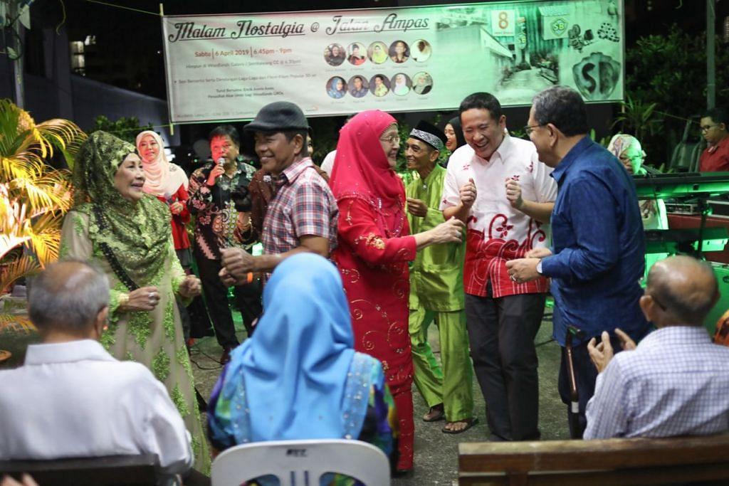 MALAM NOSTALGIA: Sebagai sebahagian daripada siri Jejak Warisan, Setiausaha Parlimen Kanan (Ehwal Dalam Negeri merangkap Kesihatan) yang juga Anggota Parlimen GRC Sembawang, Encik Amrin Amin (berdiri dua dari kanan), bersama penduduk Woodlands dan Sembawang mengunjungi Jalan Ampas di bekas studio Shaw Brothers' Malay Film Productions dengan disertai bintang veteran Jalan Ampas untuk menari, menyanyi serta saling berkongsi pengalaman. - Foto BH oleh ONG WEE JIN