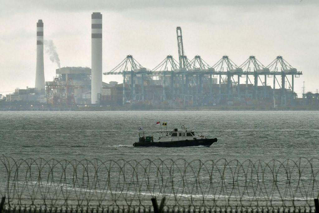 PERSETUJUAN: Had pelabuhan Malaysia dan Singapura kini digariskan mengikut had sedia ada pada 25 Oktober 2018 dan 6 Disember 2018. Perubahan itu berkuatkuasa sejak 12.01 pagi semalam, kata jurucakap Penguasa Laut dan Pelabuhan Singapura (MPA). Gambar menunjukkan loji jana kuasa Tanjung Bin dan sebahagian pelabuhan Tanjung Pelepas, Johor Bahru, seperti yang dilihat dari Tuas West Drive pada Disember tahun lalu. - Foto fail