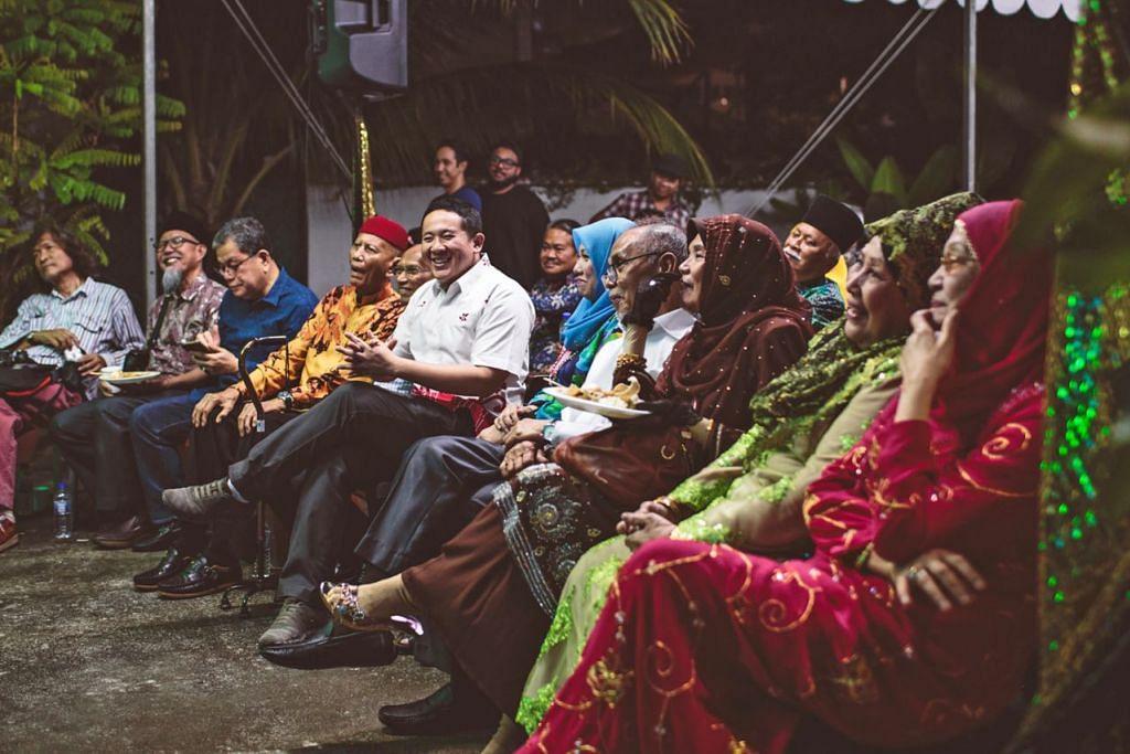 BERSANTAI BERSAMA ARTIS VETERAN: Encik Amrin (enam dari kanan) bersama pelakon Zaiton (paling kanan) dan Wahid Satay (empat dari kiri) mengimbau kenangan silam di tapak yang pernah melahirkan ramai pelakon ternama yang sekali gus mengharumkan nama Singapura. - Foto MAEC Woodlands