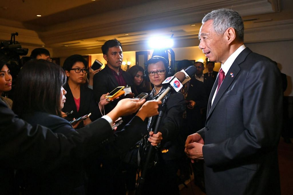 BERTEMU MEDIA: Encik Lee (kanan) bercakap kepada media selepas mengadakan Rahat Pemimpin bersama Dr Mahathir di Perdana Putra di Putrajaya semalam. - Foto BH oleh LIM YAOHUI