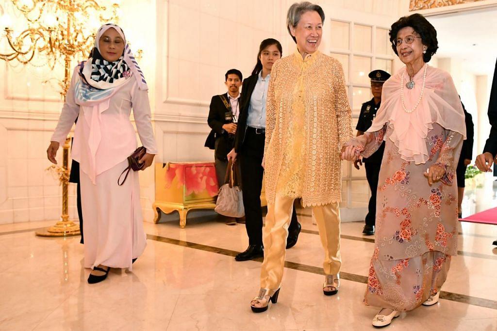 HUBUNGAN MESRA: Tun Dr Siti Hasmah (kanan) menyambut kedatangan Cik Lee dengan memimpin tangannya di Seri Perdana, Putrajaya, semalam. - Foto BH oleh LIM YAOHUI