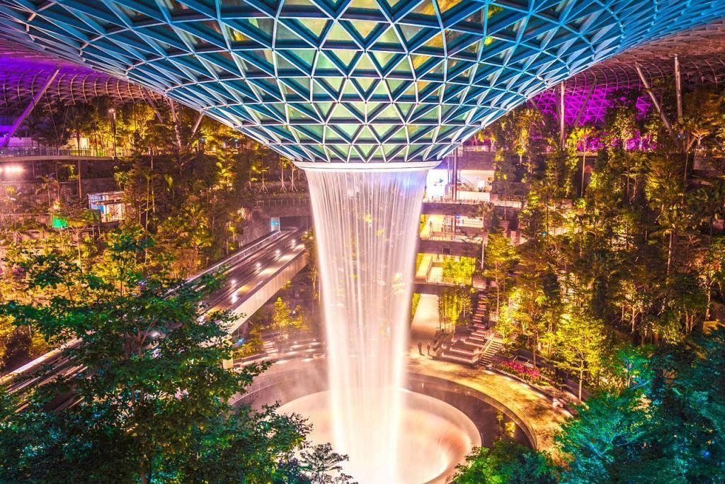 MEMUKAU: Pancuran 'Rain Vortex' ini pasti menarik pengunjung yang melangkah masuk ke Jewel Changi Airport. - Foto JEWEL CHANGI AIRPORT DEVT
