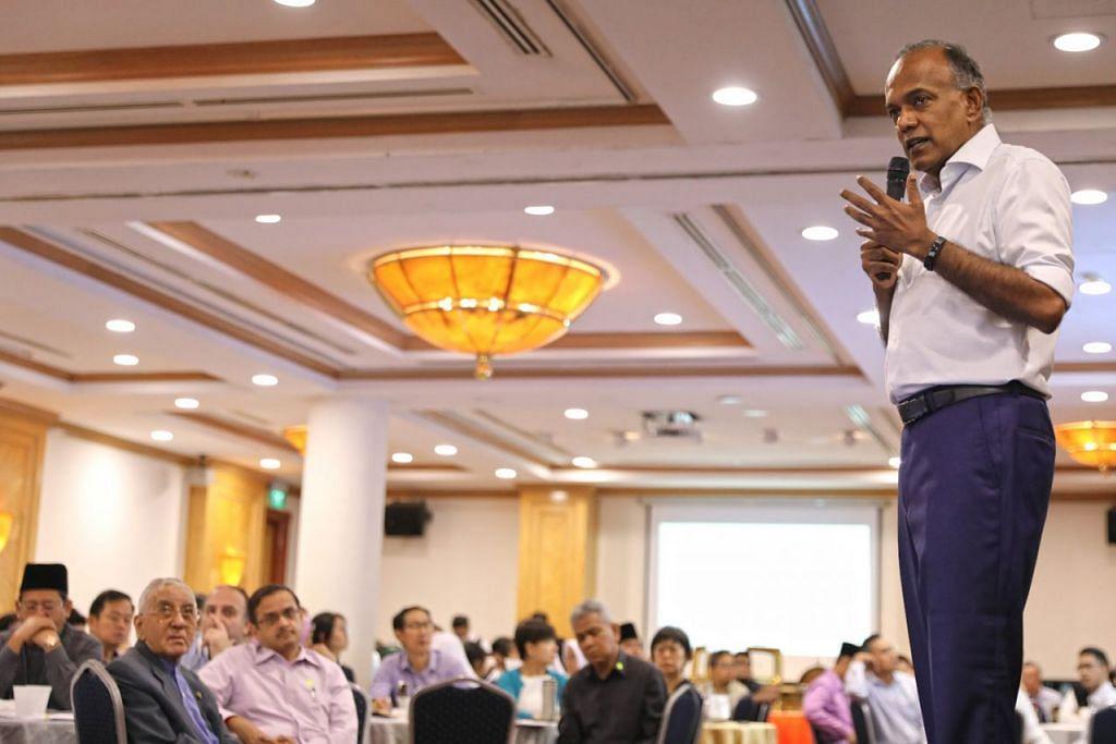 HURAI TOPIK KEPALSUAN DAN KEBENCIAN: Encik Shanmugam (kanan) menghuraikan topik berita palsu dan ucapan kebencian dalam satu dialog anjuran Persatuan Peguam Muslim (AML) dan Wise SG kelmarin. - Foto BH oleh ONG WEE JIN