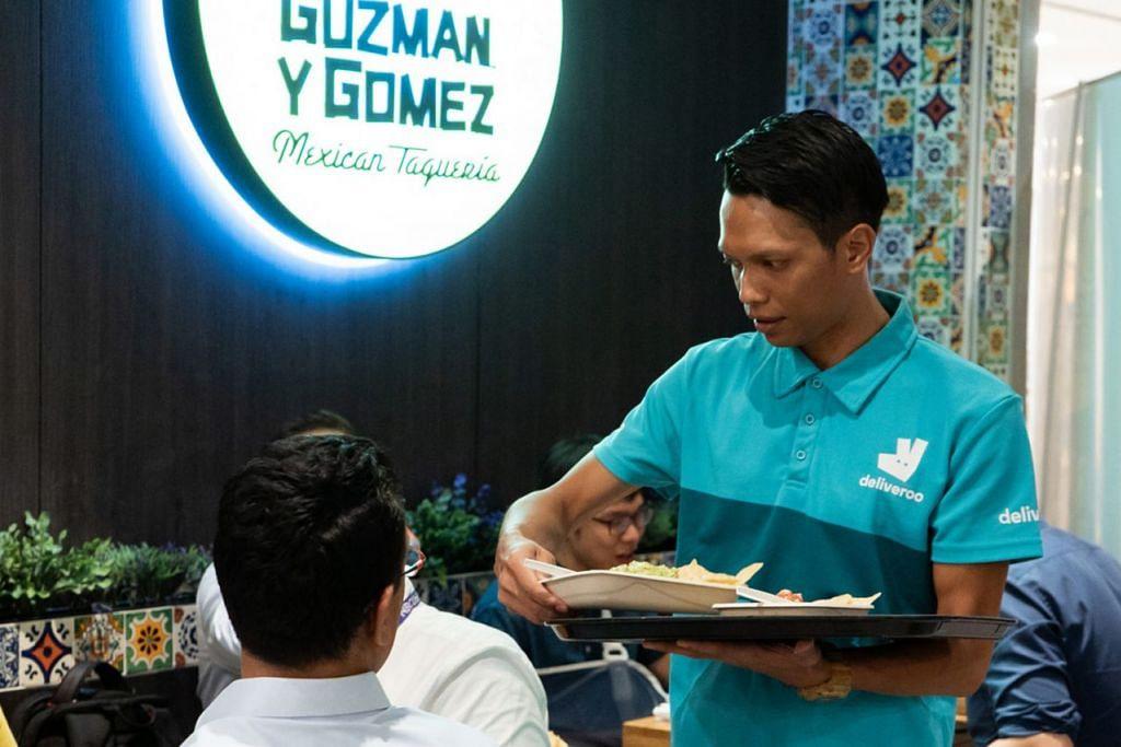 BUKA MATA: Encik Mohd Amri belajar kemahiran baru seperti melayan pelanggan dalam restoran dan didedahkan kepada proses kerja, agar lebih memahami operasi sebuah restoran. - Foto DELIVEROO