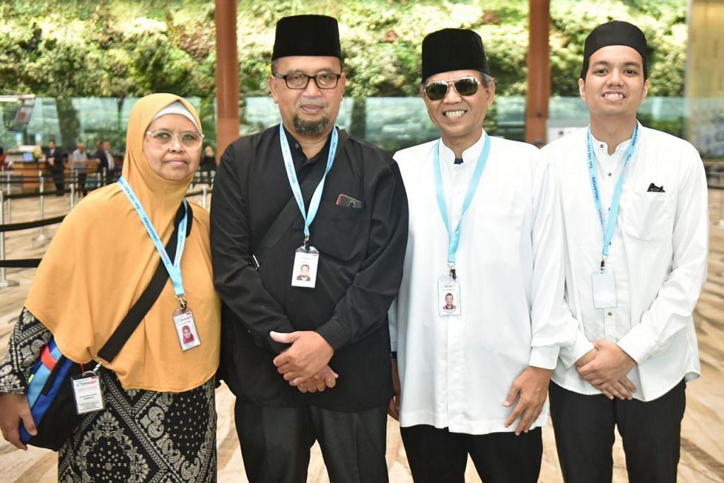 MENANG PAKEJ UMRAH: Encik Djuanda Sujaie (dua dari kiri) dan Encik Muhammad Raihan Ramlan (paling kanan) adalah dua daripada empat pemenang cabutan bertuah restoren The Landmark & Royal Palm @ OCC. Encik Djuanda ditemani isteri, Cik Zainab Salleh (kiri), manakala Encik Raihan ditemani ayahnya Encik Ramlan Ridzwan (di sebelahnya). - Foto BH oleh JOSEPH CHUA