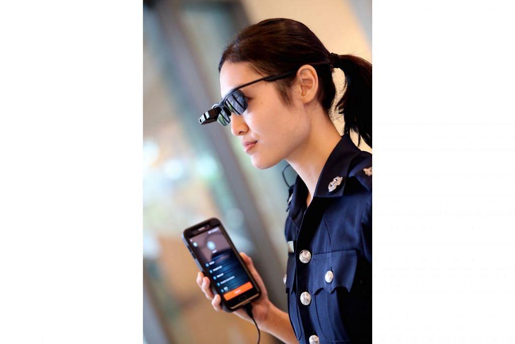 CERMIN MATA CANGGIH: Cermin mata bijak ini membolehkan pegawai barisan depan melakukan analisis video masa nyata bagi mempertingkat keupayaan operasi. Antara lain, cermin mata ini berupaya mengesan wajah dan berhubung dengan telefon bimbit. - Foto CMG