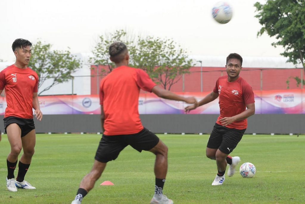 PEMAIN MIDFIELD UTAMA: Izzdin Shafiq (paling kanan) ingin bantu jaring gol meski memegang peranan midfield.  – Foto BH oleh ALPHONSUS CHERN