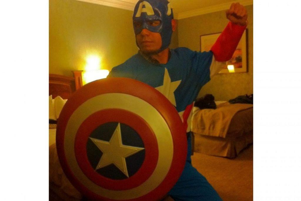 SANGGUP DEMI MINAT: Encik Halil Nasil, yang akur dirinya memang mabuk 'Captain America' lengkap berseragam adiwira dengan kostum itu dibeli di Amerika Syarikat. Beliau adalah antara peminat 'Avengers' yang menempah tiket awal agar tidak ketinggalan merasakan bahang fenomena filem yang bakal menutup tirai saganya. - Foto ihsan HALIL NASIL