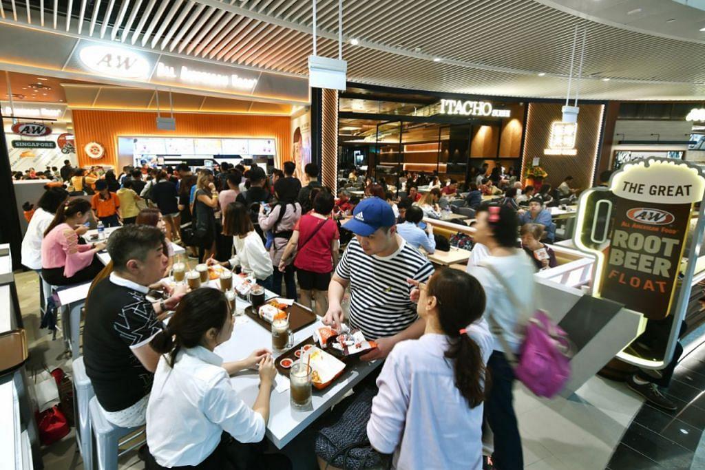 PEMBUKA SELERA: Restoran makanan segera A&W adalah antara 280 kedai dan restoran yang membarisi Jewel.  - Foto BH oleh LIM YAOHUI