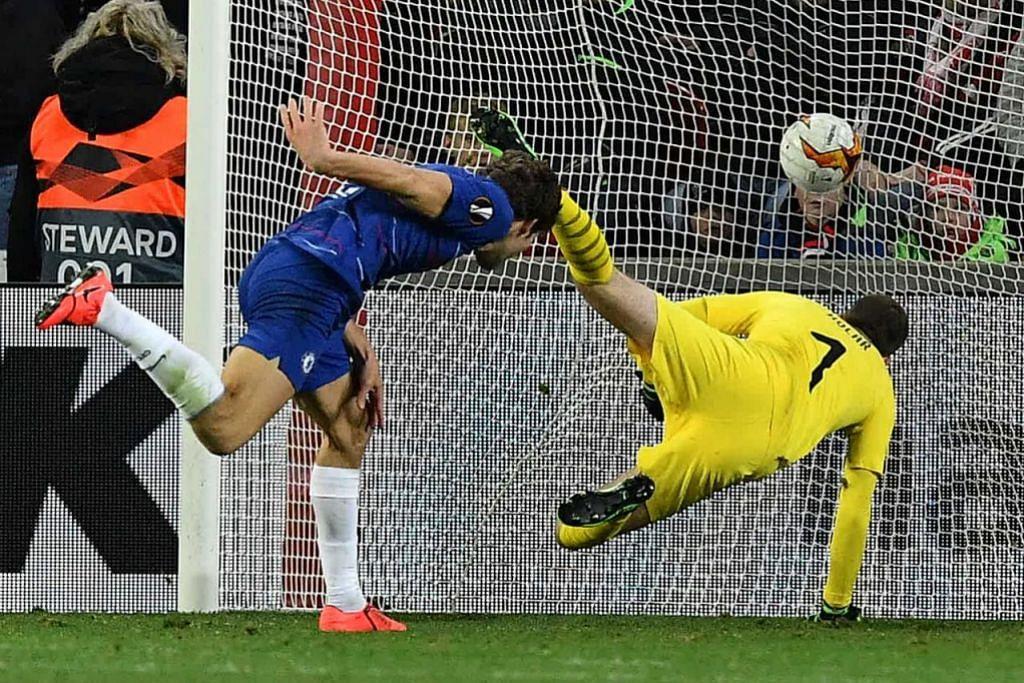 JARINGAN PENYELAMAT: Marcos Alonso membuat tandukan yang berjaya menewaskan penjaga gawang Slavia Prague, Ondrej Kolar. - Foto AFP