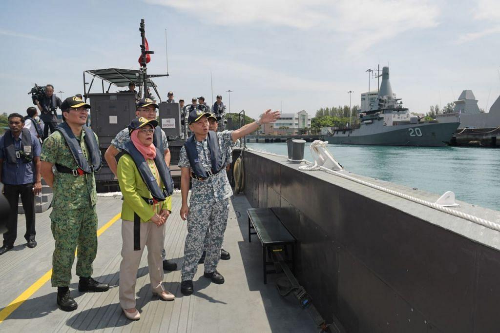 TINJAU KEMUDAHAN: Presiden Halimah meninjau kemudahan Angkatan Laut Republik Singapura (RSN) sewaktu membuat kunjungan pertamanya ke RSN semalam. – Foto BH oleh ALPHONSUS CHERN