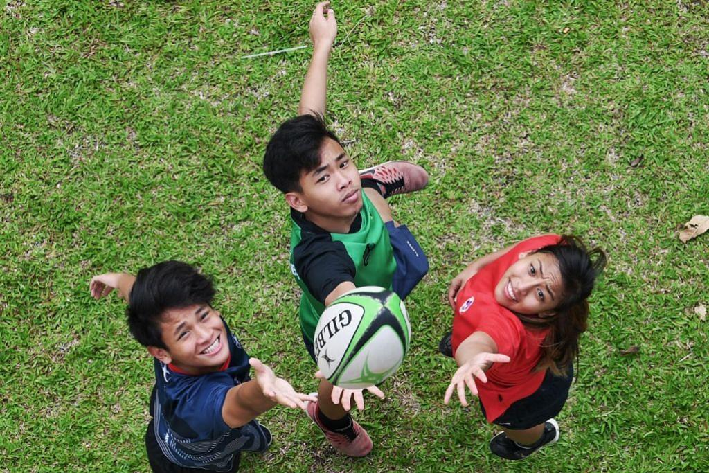 SAMA MINAT: Siti Rasyidah Mohd Shariff, 25 tahun, Ahmad Rasyid Mohd Shariff, 22 tahun, dan Ahmad Rasyidee Mohd Shariff, 18 tahun, adalah adik-beradik yang berminat jadi pemain ragbi. - Foto KHALID BABA