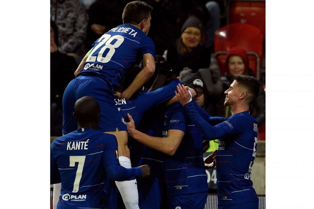 TUNJUK HANDAL: Pemain Chelsea meraikan gol yang dijaringkan Marcos Alonso dalam Liga Europa minggu lalu. Chelsea perlu menunjukkan semangat jitu yang sama jika ingin mencuri mata daripada Liverpool hujung minggu ini. – Foto AFP