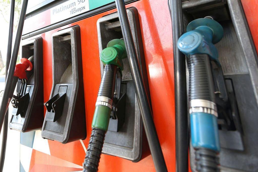"""NAK TAHU, TANYA TANGKI DULU: Gred atau jenis minyak yang diperkukan sesebuah kereta biasanya dinyatakan pada penutup tangki minyak kereta itu. Ia akan menyatakan sama ada kereta itu memerlukan """"unleaded petrol only"""" atau """"premium unleaded only"""". - Foto fail"""