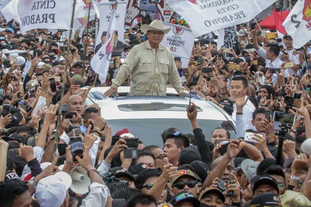 TIDAK BOLEH DIKETEPIKAN: Encik Prabowo disambut penyokong di Palembang, Sumatera Selatan. Walaupun beliau ketinggalan menurut tinjauan pilihan raya, pengamat menyatakan kemungkinan beliau membuat kejutan tidak boleh diketepikan. - Foto AFP