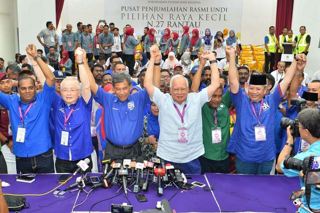RAI KEJAYAAN: Datuk Mohamad Hasan (tiga dari kiri) mengekalkan kerusi Dewan Undangan Negeri (DUN) Rantau bagi penggal keempat berturut-turut selepas menewaskan tiga calon lain dalam pilihan raya kecil kawasan undi di Negeri Sembilan. Beliau meraikan kemenangan dengan bekas Perdana Menteri, Datuk Seri Najib Tun Razak (tiga dari kanan) dan Presiden Persatuan Cina Malaysia (MCA), Datuk Seri Dr Wee Ka Siong (dua dari kiri). - Foto SIN CHEW DAILY