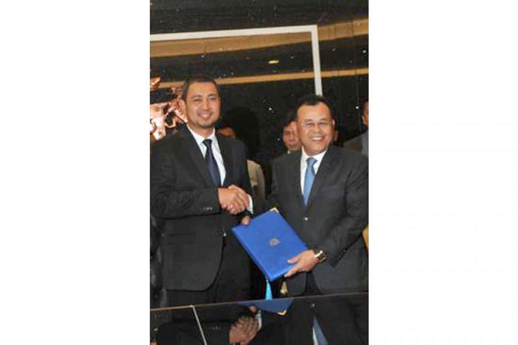SERAH KUASA: Bekas Menteri Besar (MB) Johor, Datuk Osman Sapian (kanan) menyerahkan tugasnya kepada Menteri Besar Johor terkini, Dr Sahruddin. - Foto THE STAR