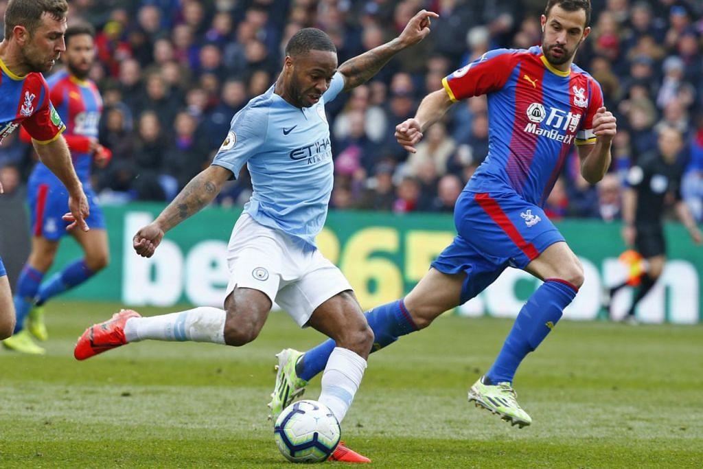 JARINGKAN DUA GOL: Raheem Sterling (tengah) membantu Manchester City menang 1-3 ke atas Crystal Palace, hasil dua jaringannya. - Foto EPA-EFE